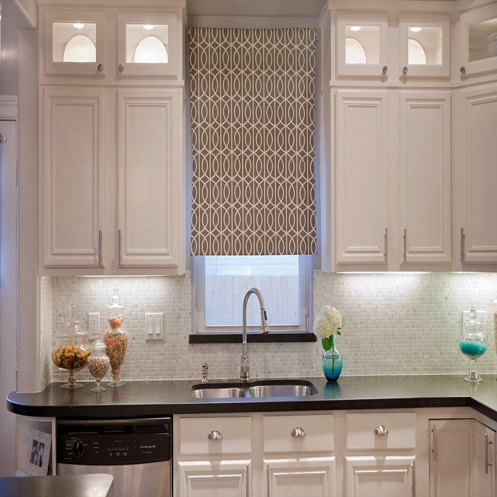 Дизайн узких штор для кухни