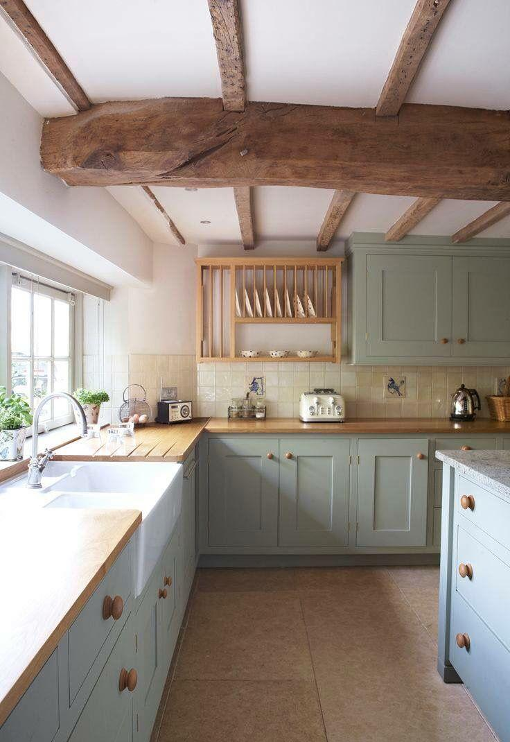 Интерьер кухни с балками на даче