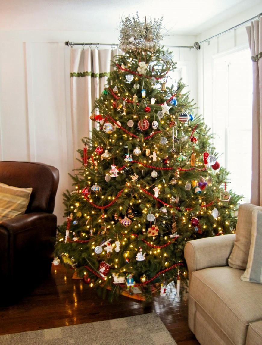 Разные игрушки в декоре елки на Новый год