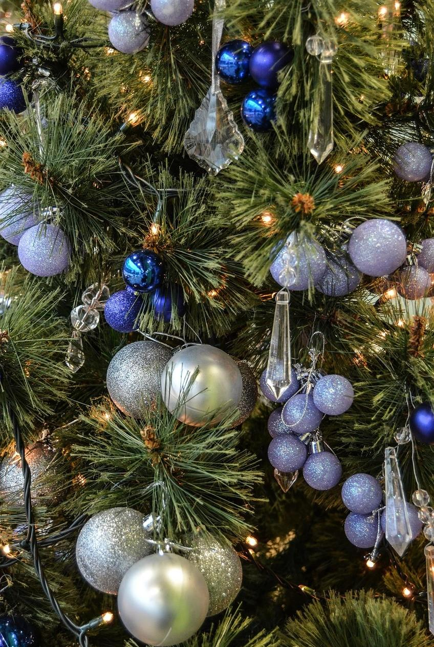 Классическое оформление елки шарами