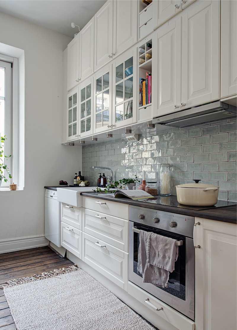 Коричневый пол в белой кухне