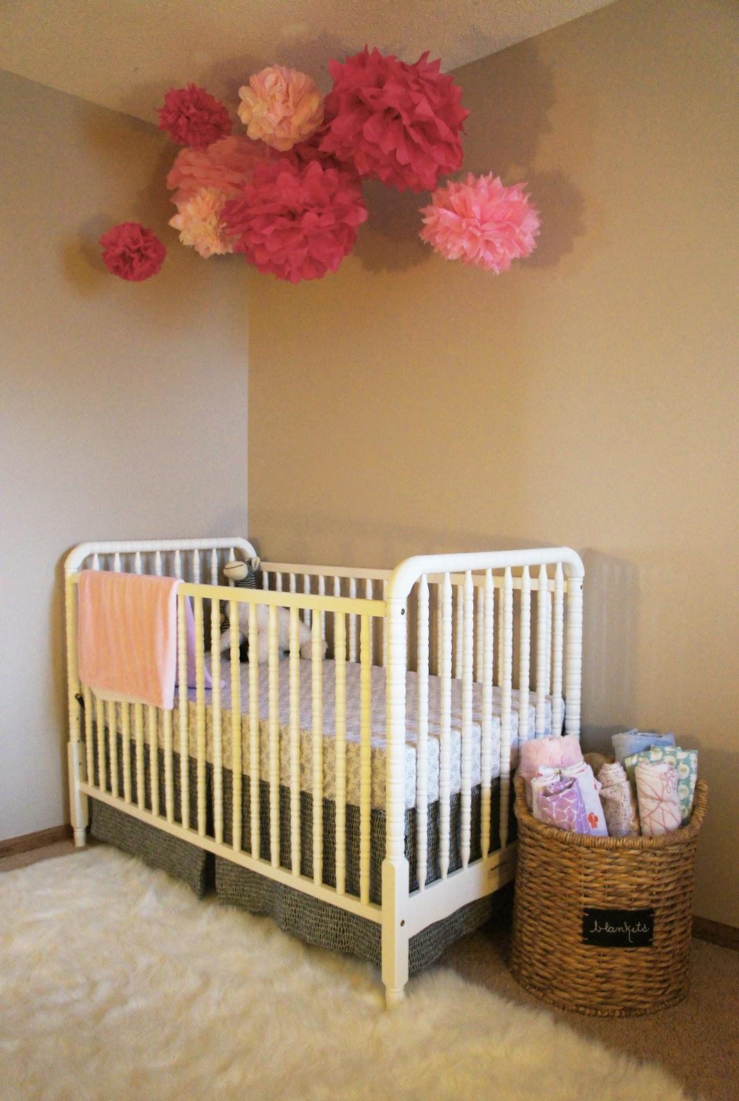 Декор детской кроватки бумажными цветами