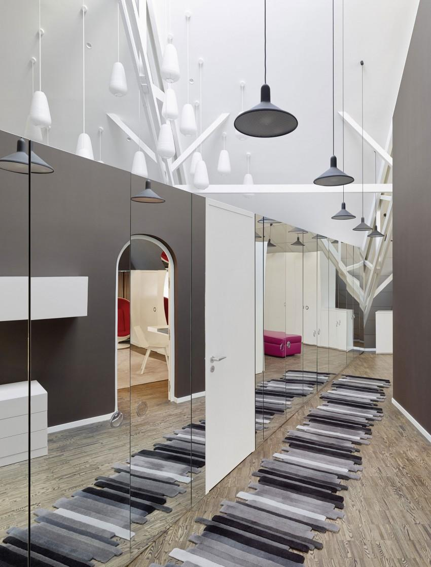 Зеркальная стена в коридоре