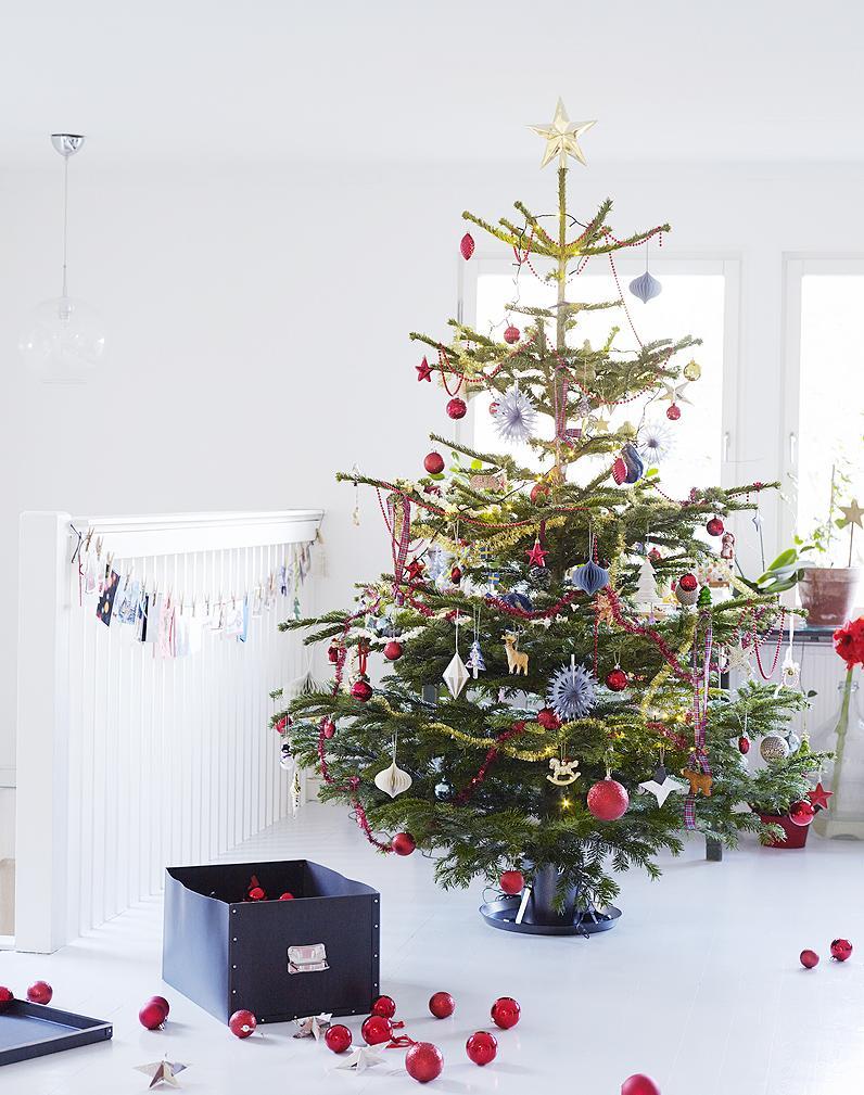 Оформление новогодней елки бусами