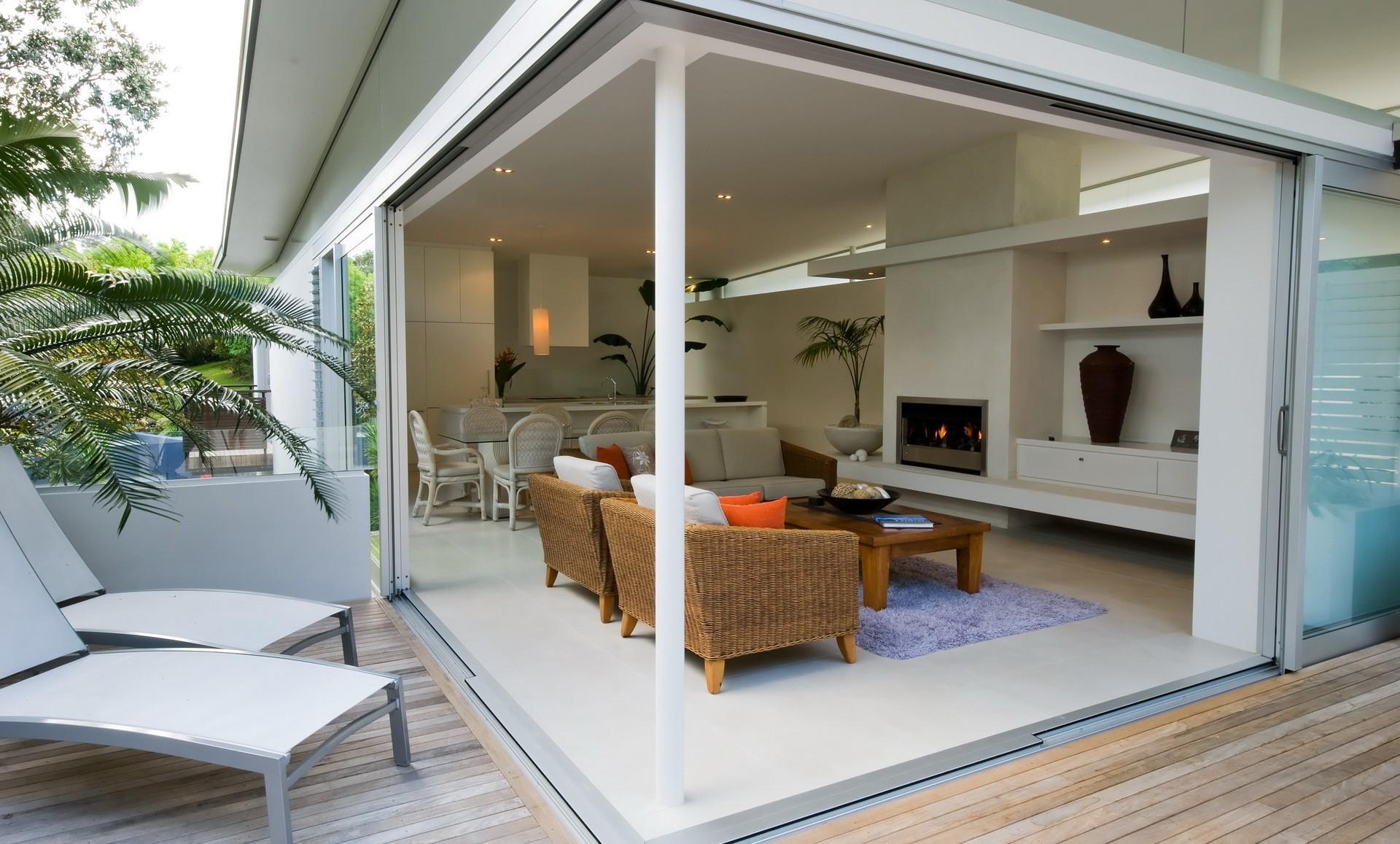 Кухня легко превращается в террасу за счет раздвижных дверей