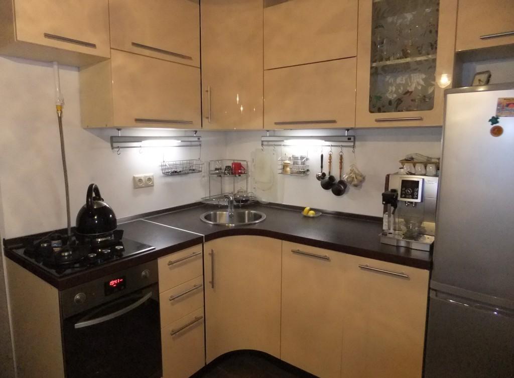 Бежево-черная угловая кухня