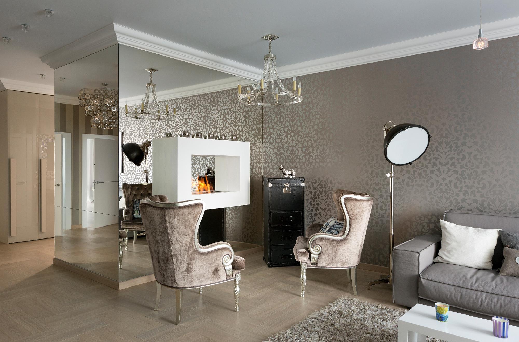 Зеркальная стена в гостиной с камином