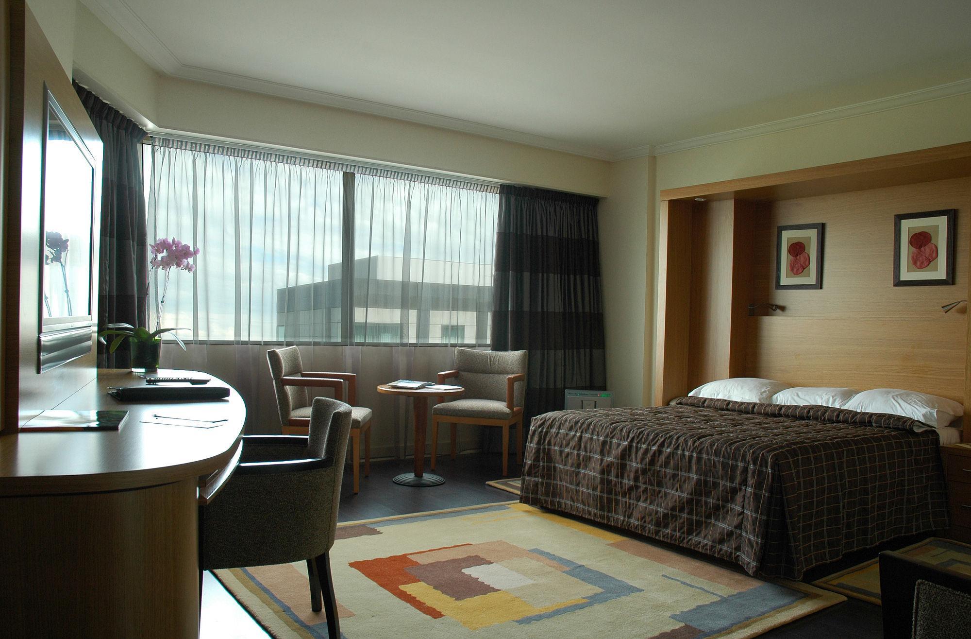 Лаконичный дизайн спальни с рабочим кабинетом