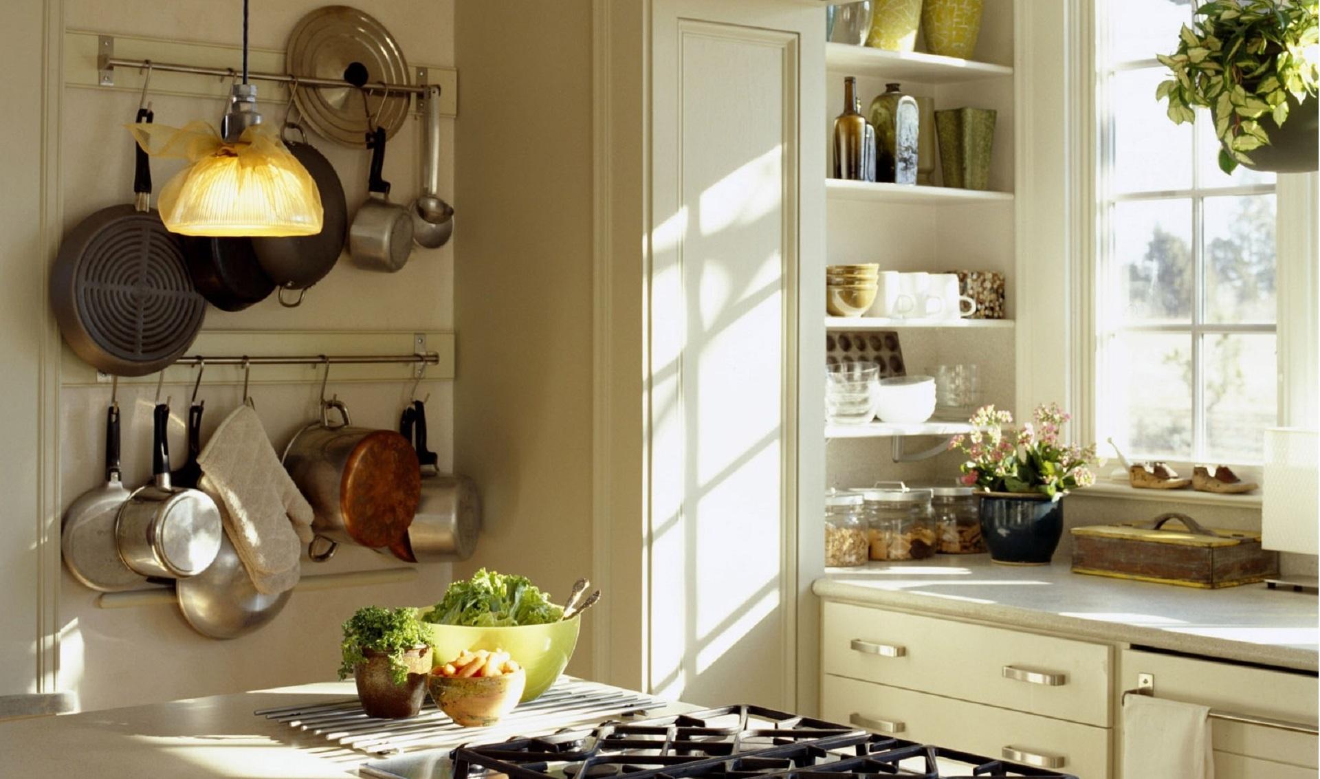 Светлая красивая кухня на даче