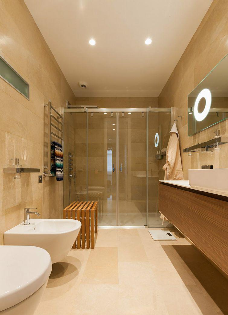 Узкая бежевая ванная комната