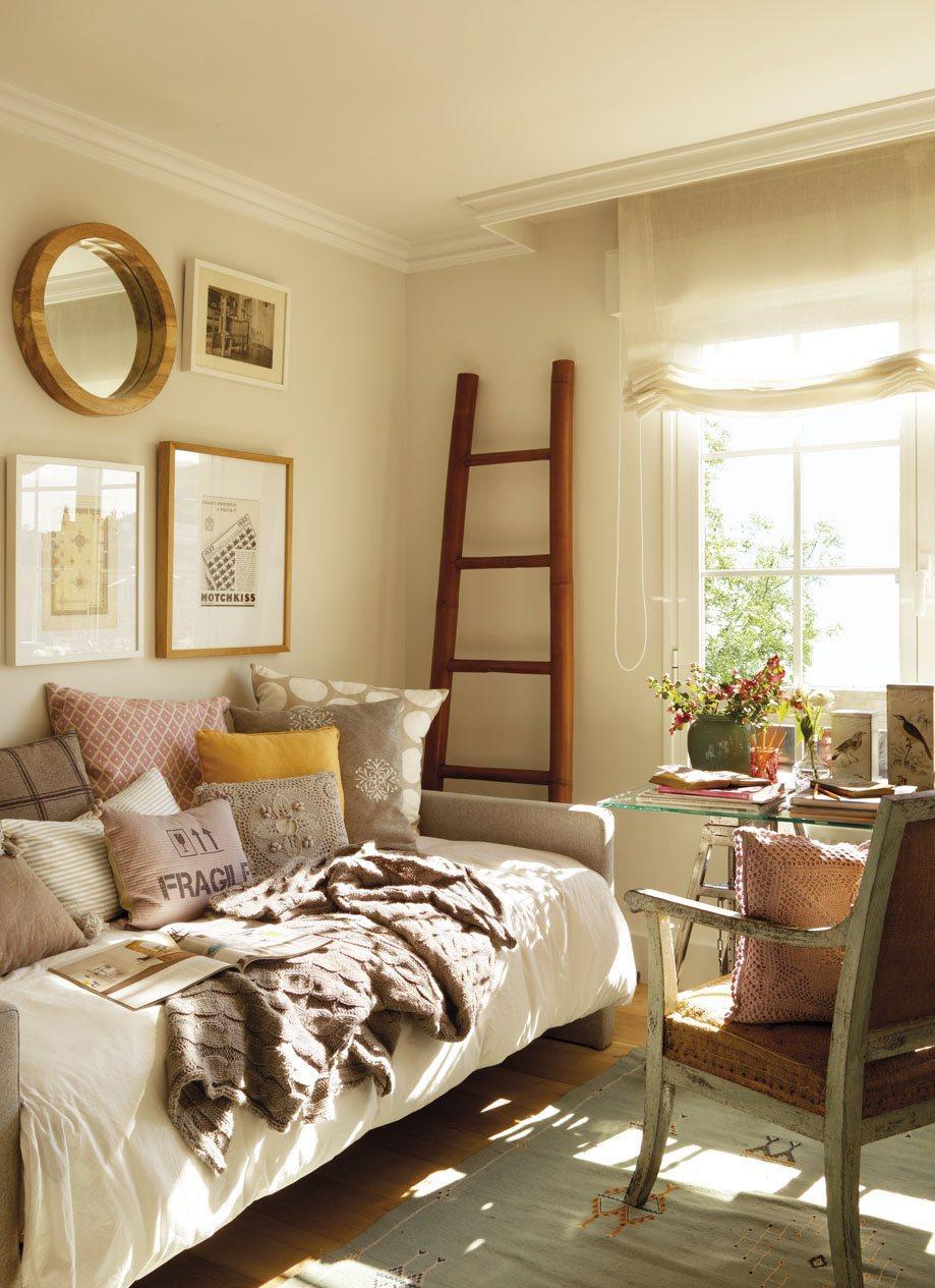 Спальня с рабочим кабинетом в стиле кантри