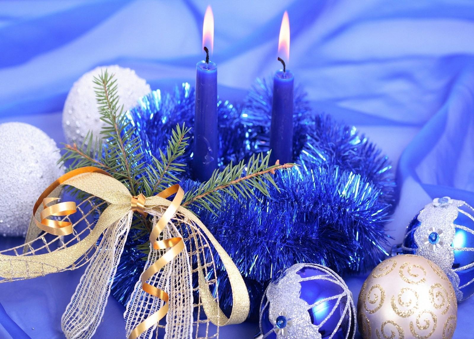 Сине-белый декор стола на Новый год