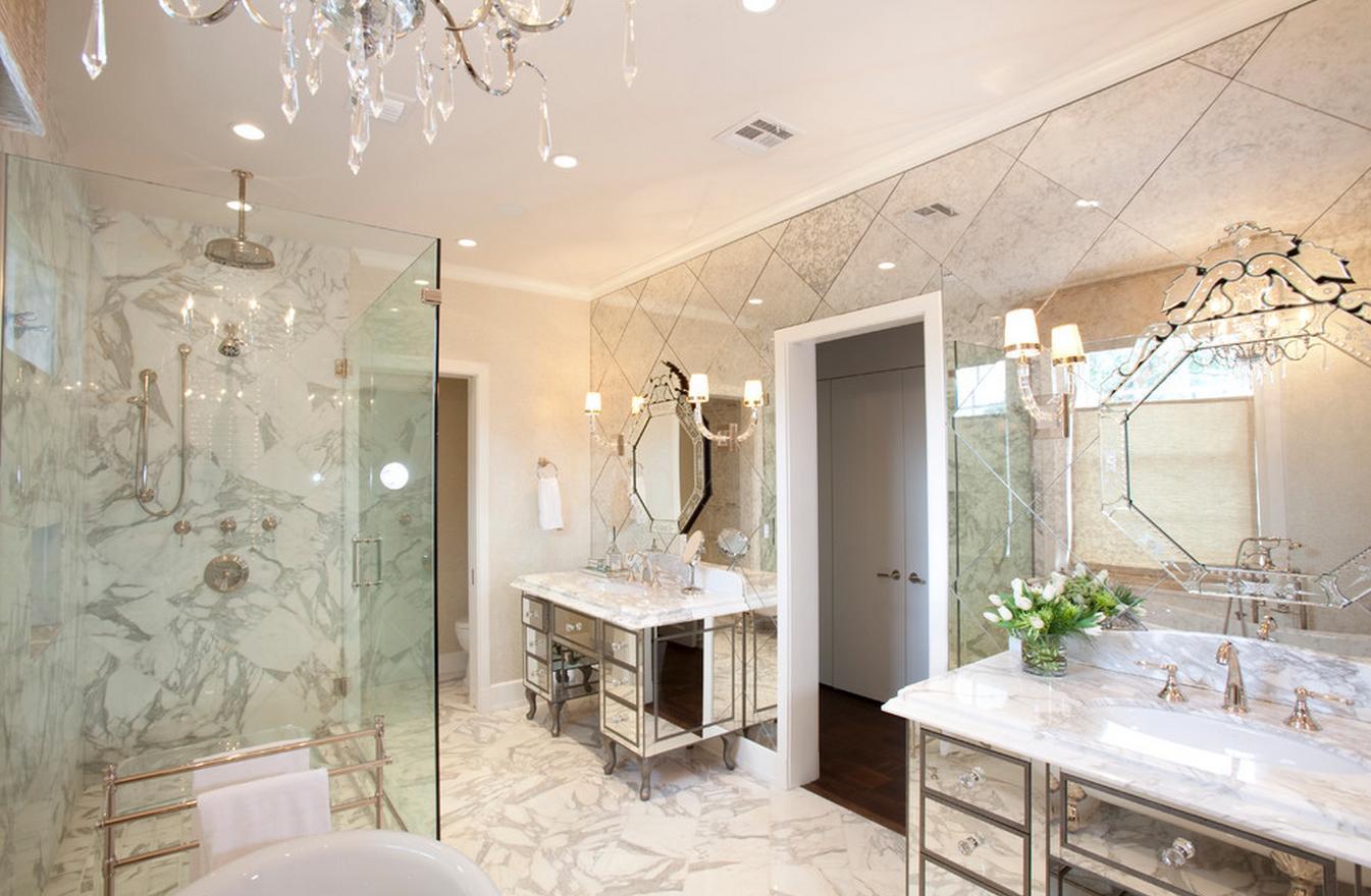 Красивая зеркальная стена в ванной комнате