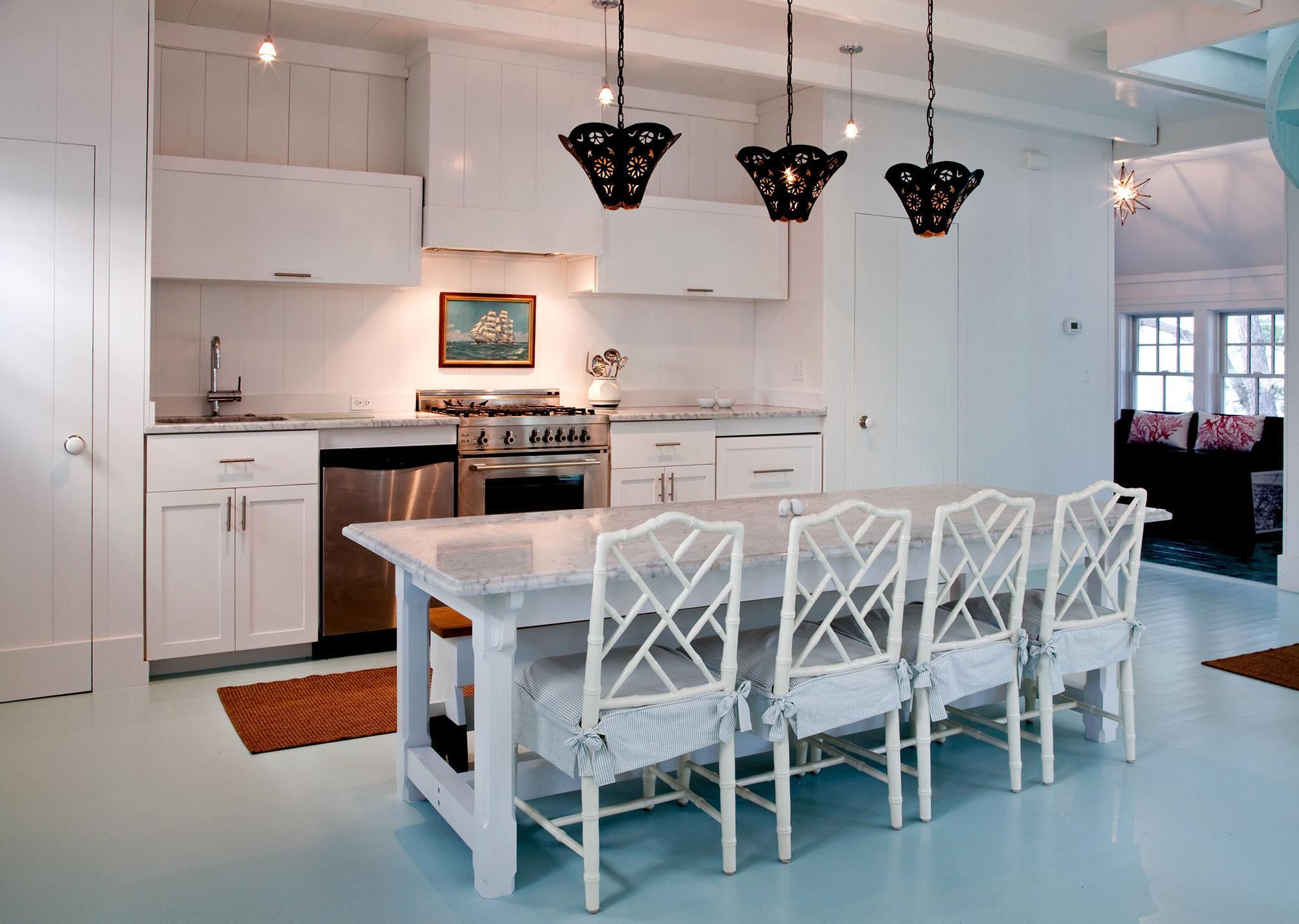Три лампы над обеденной зоной на кухне