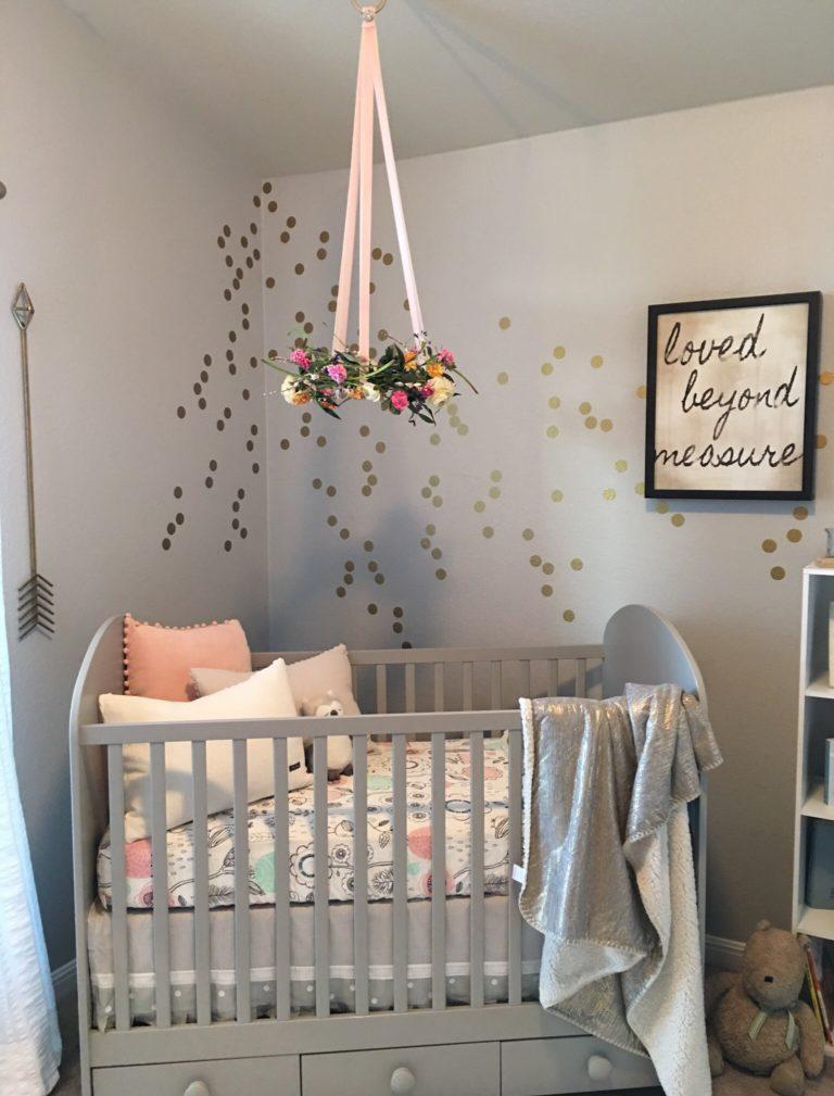 Декор детской кроватки подвесными цветами