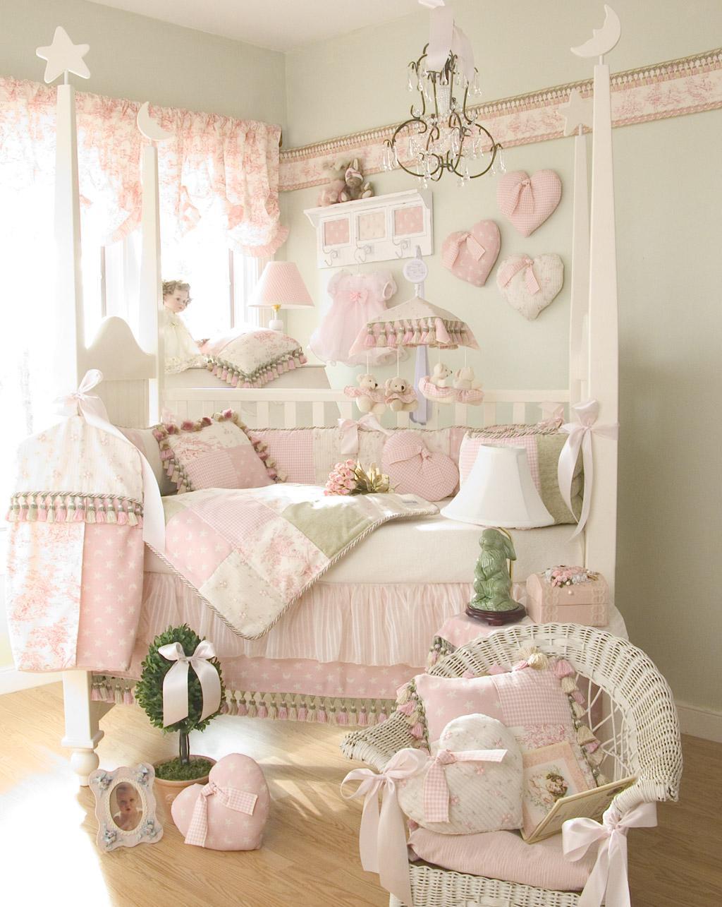 Декор детской кроватки в пастельных тонах