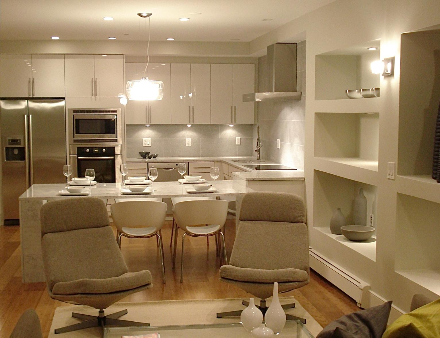 Люстра, настенная лампа и встроенное освещение на кухне