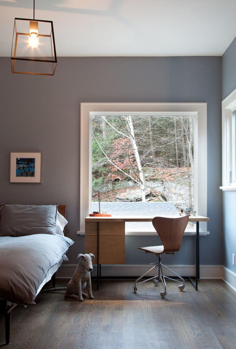 Спальня с окном и рабочим кабинетом