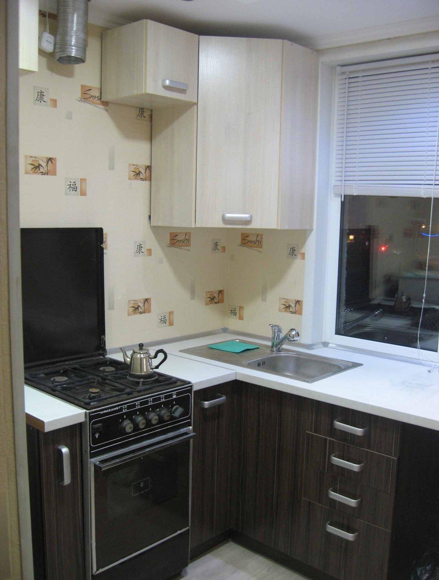 Черно-белый угловой гарнитур в маленькой кухне