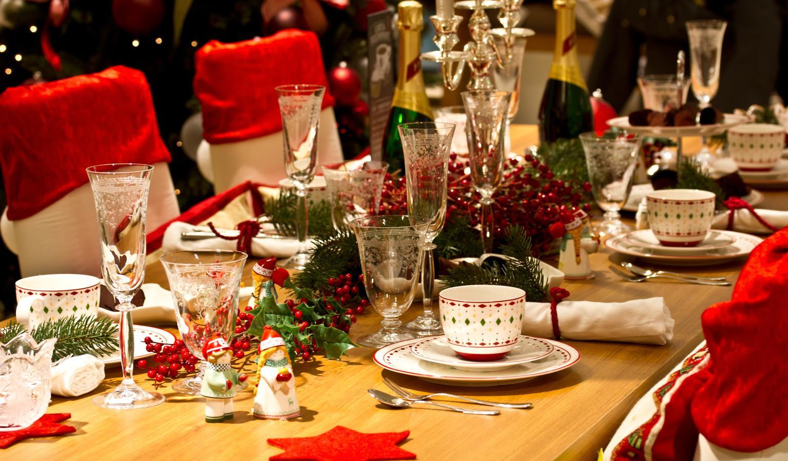 Украшение новогоднего стола в красно-зеленых тонах