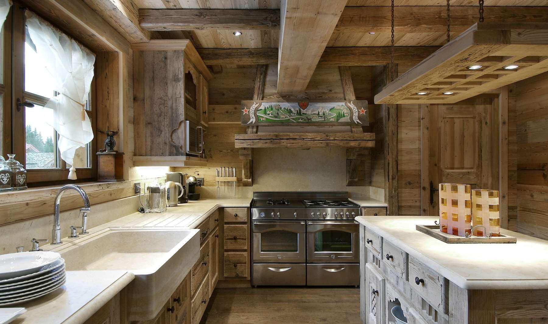 Бело-коричневая кухня в стиле шале