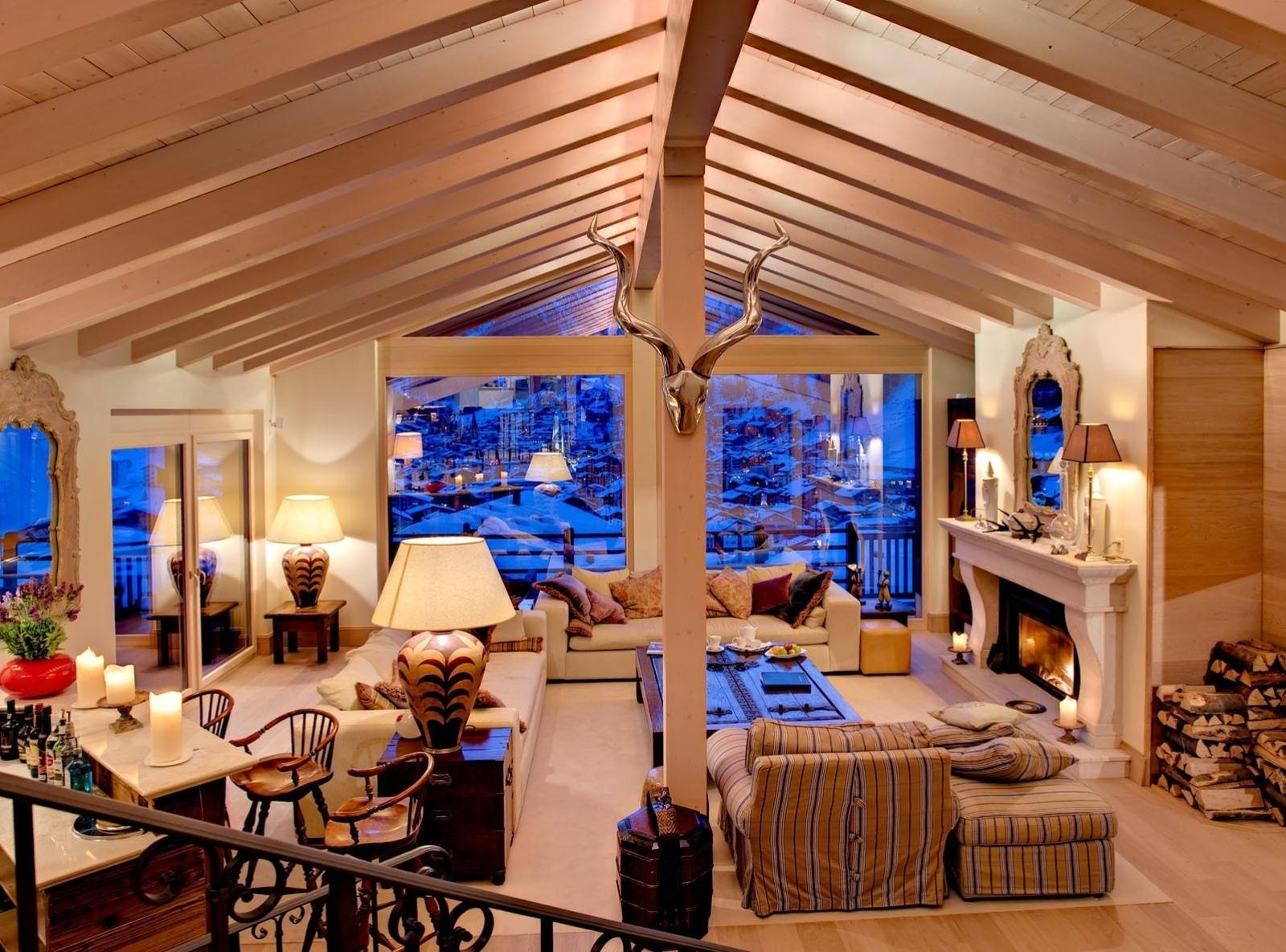 Большая гостиная в стиле шале с обильным освещением