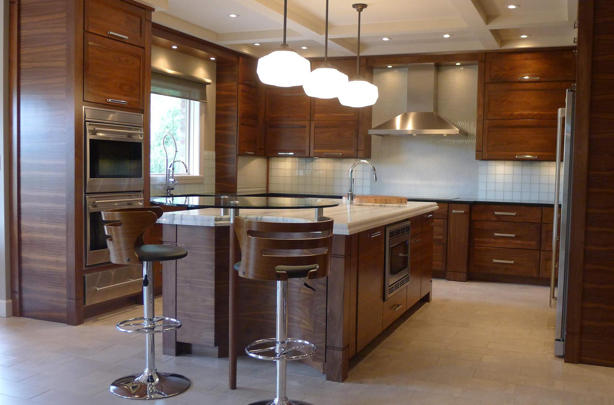 Двухуровневый потолок с разными источниками освещения на кухне