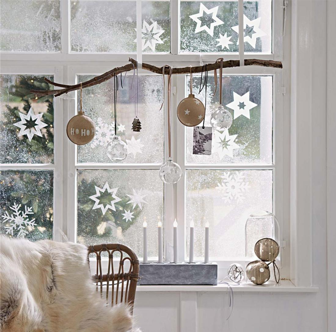 Ветка с шариками и снежинки на окне