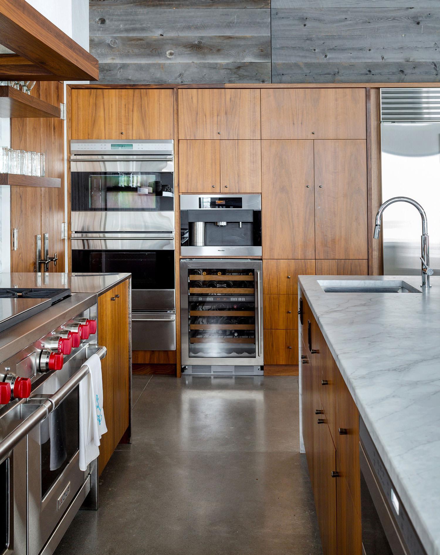 Комбинирование минимализма и стиля шале в интерьере кухни