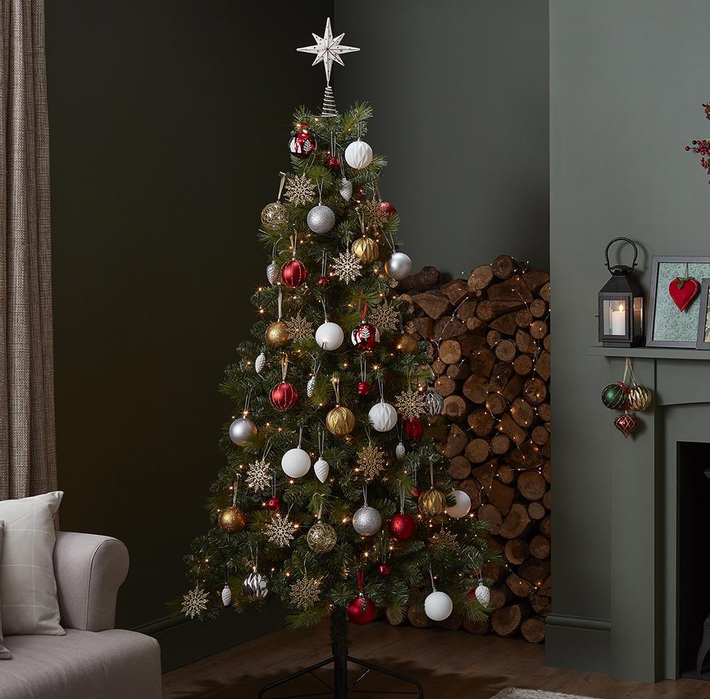 Оформление новогодней елки снежинками