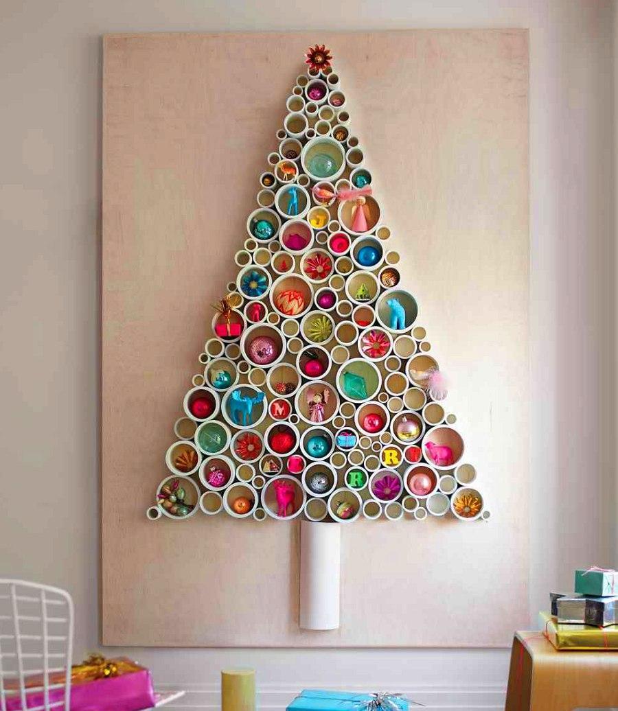 Красивый декор в форме елки на стене