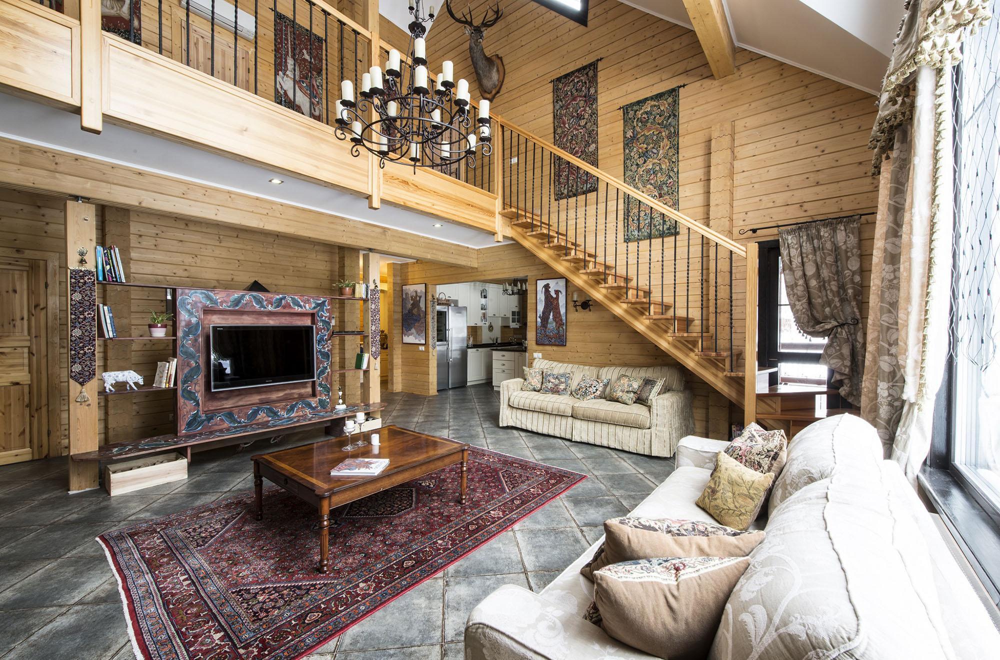 Светлая гостиная с ковром в стиле шале