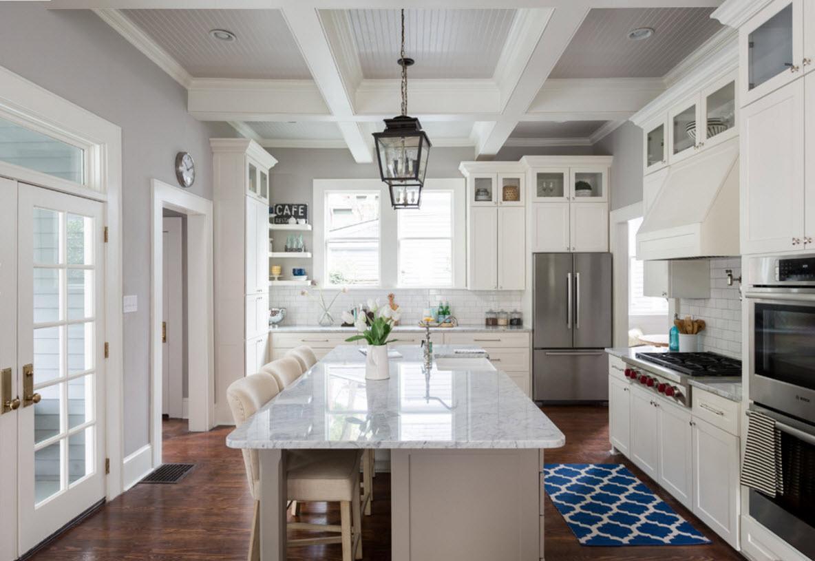 Красивый потолок в светлой кухне