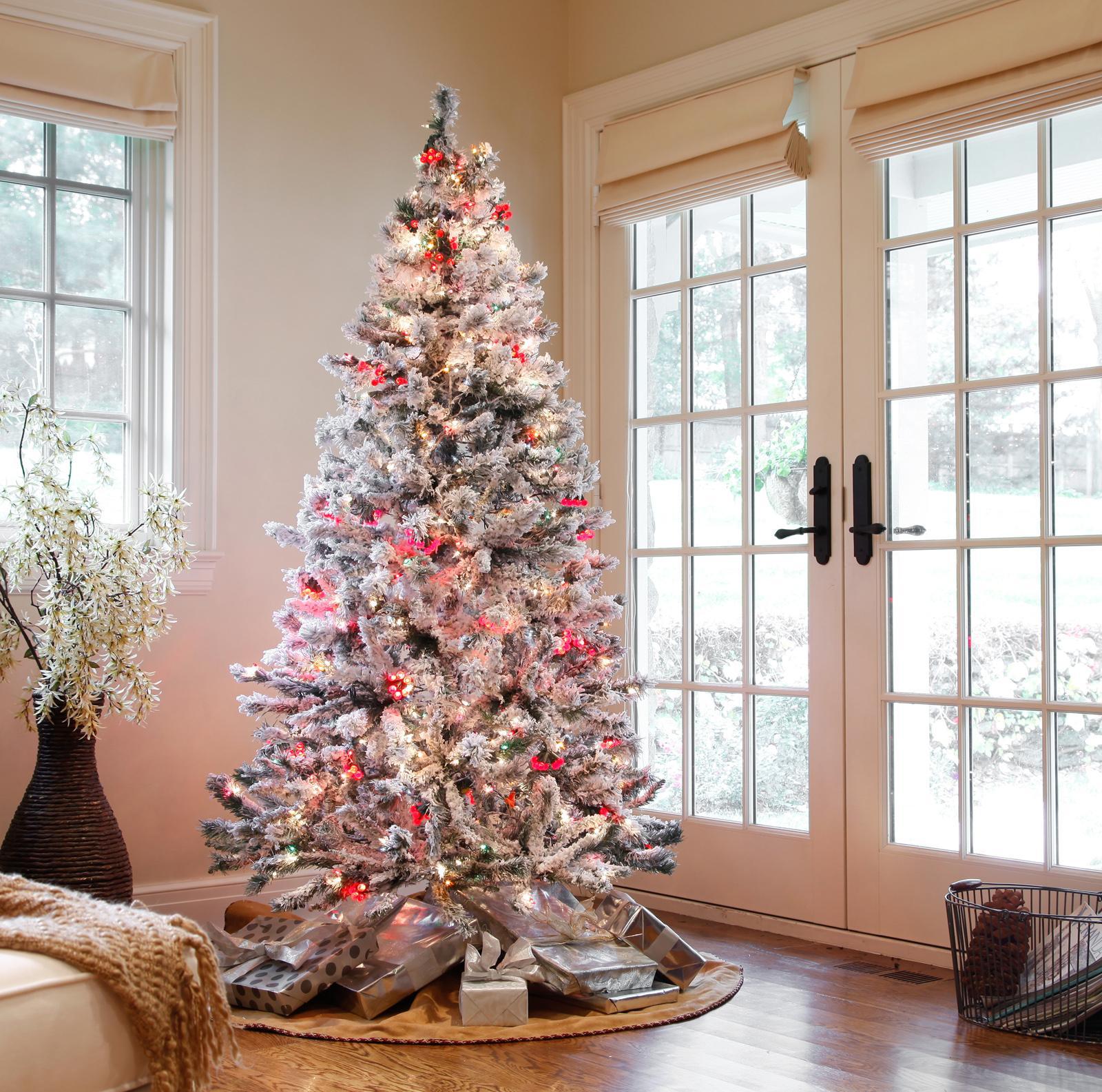 Эффектное оформление новогодней елки в гостиной