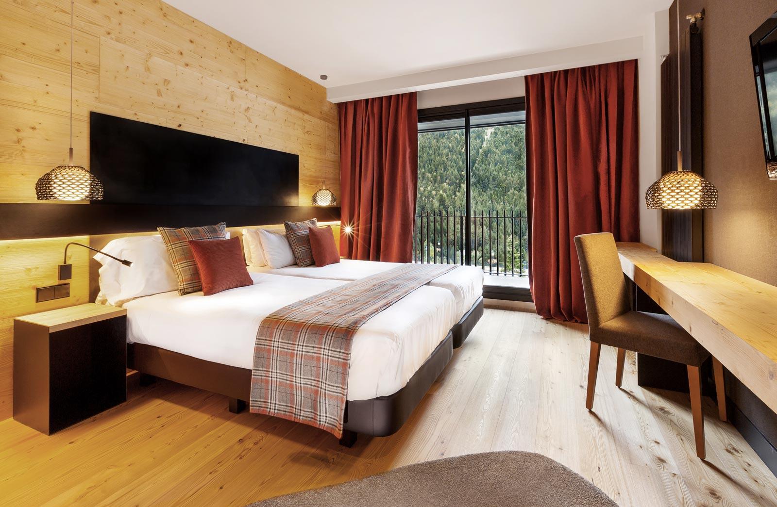 Спальня с рабочим кабинетом в стиле эко