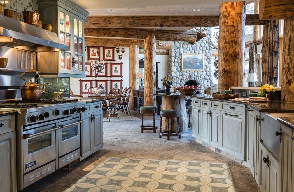 Большая кухня в стиле шале