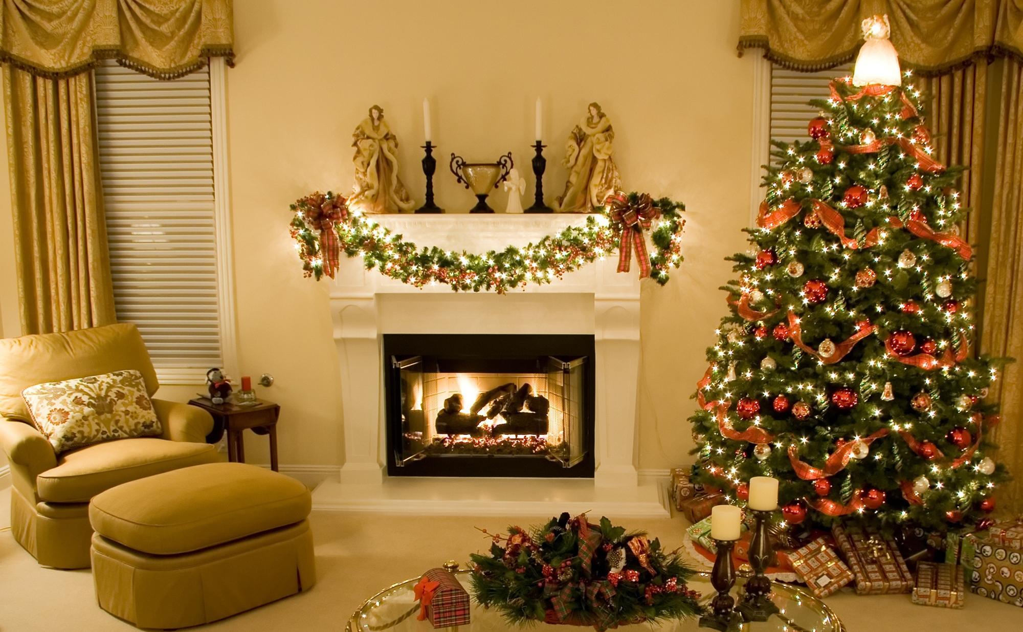 Красивое новогоднее оформление гостиной с камином