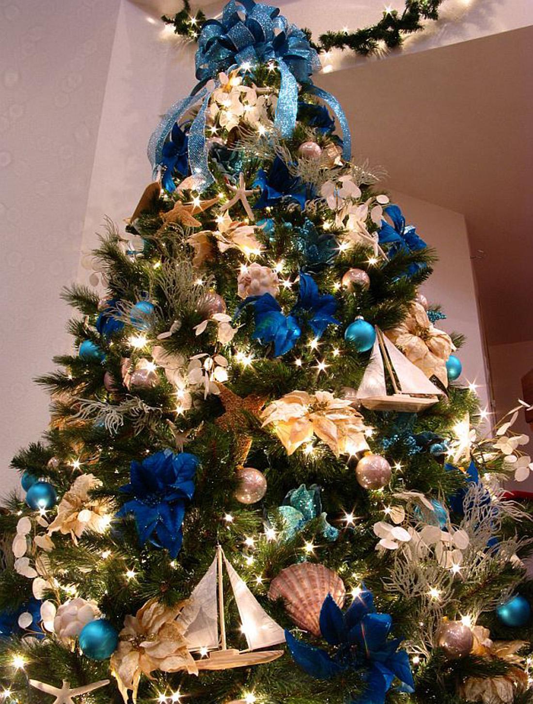 Синие элементы в декоре елки на Новый год в морском стиле
