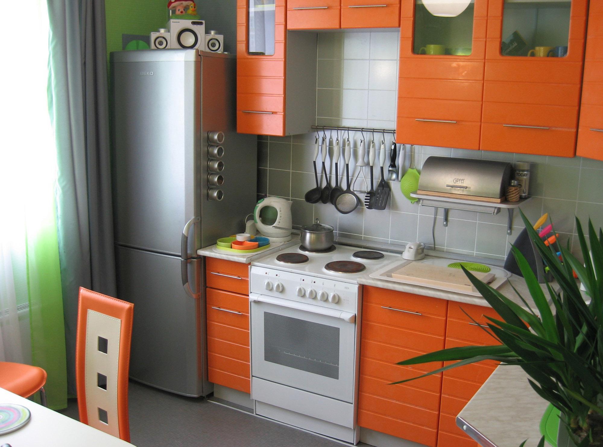 Маленькая оранжево-серая кухня
