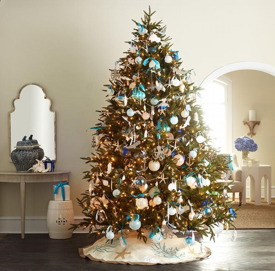 Бирюзово-белая новогодняя елка