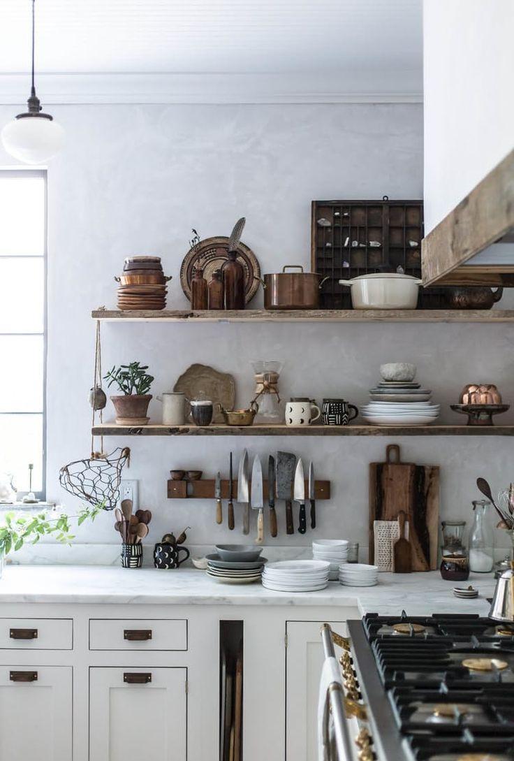 Дизайн кухни с деревянными полками 2017