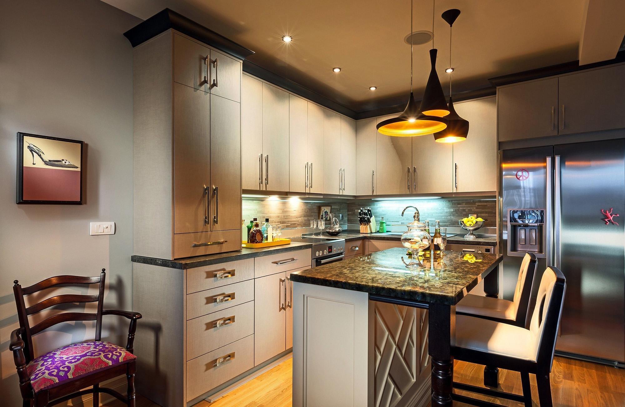 Разные люстры и точечное освещение на кухне с барной стойкой
