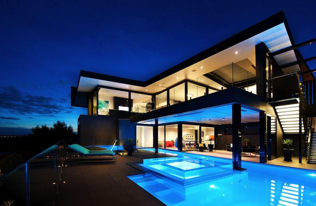Дом в стиле хай тек с бассейном