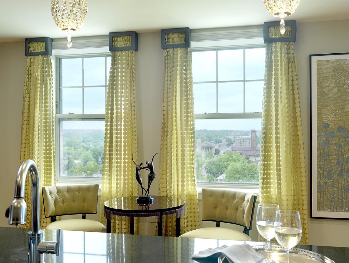 Желтые красивые шторы на кухне