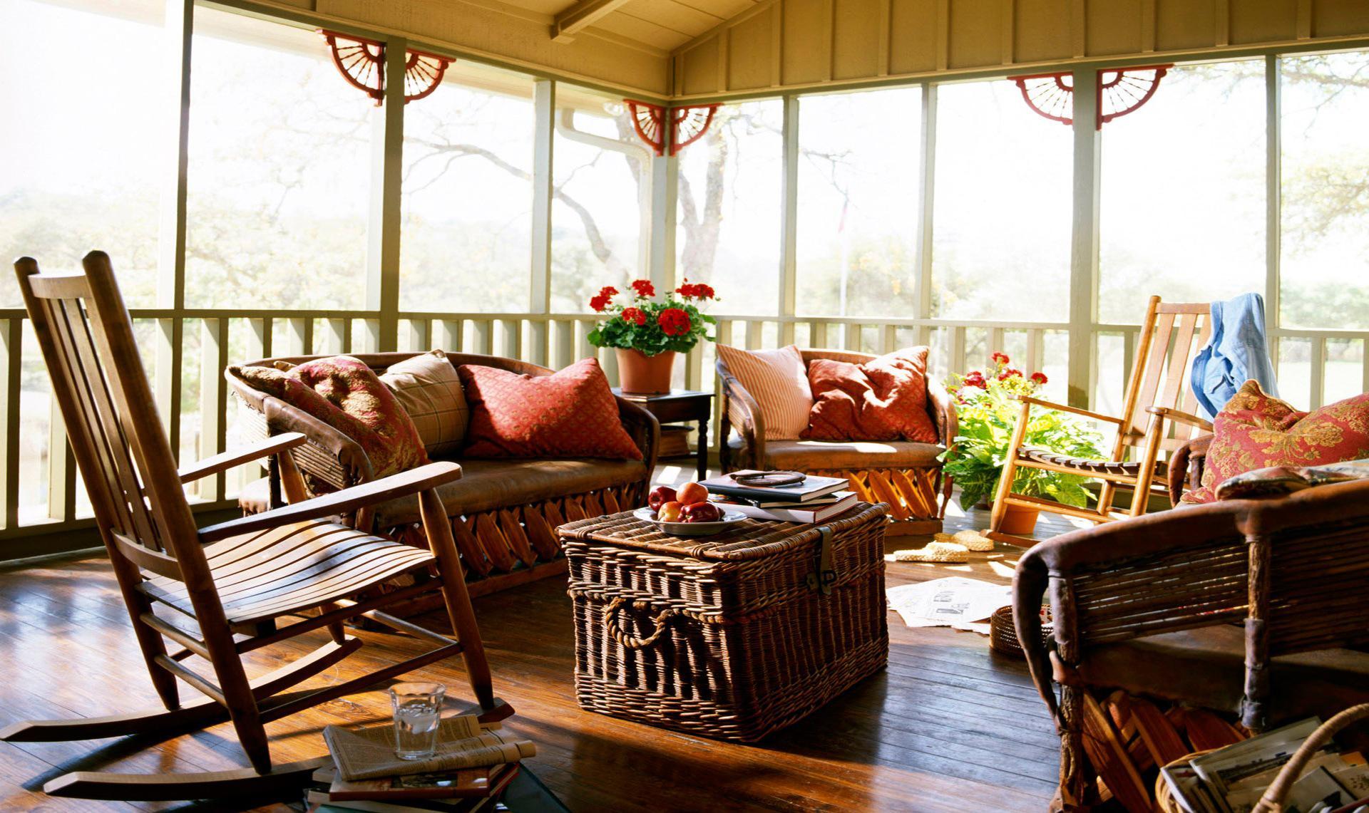 Декор веранды натуральной мебелью и цветами