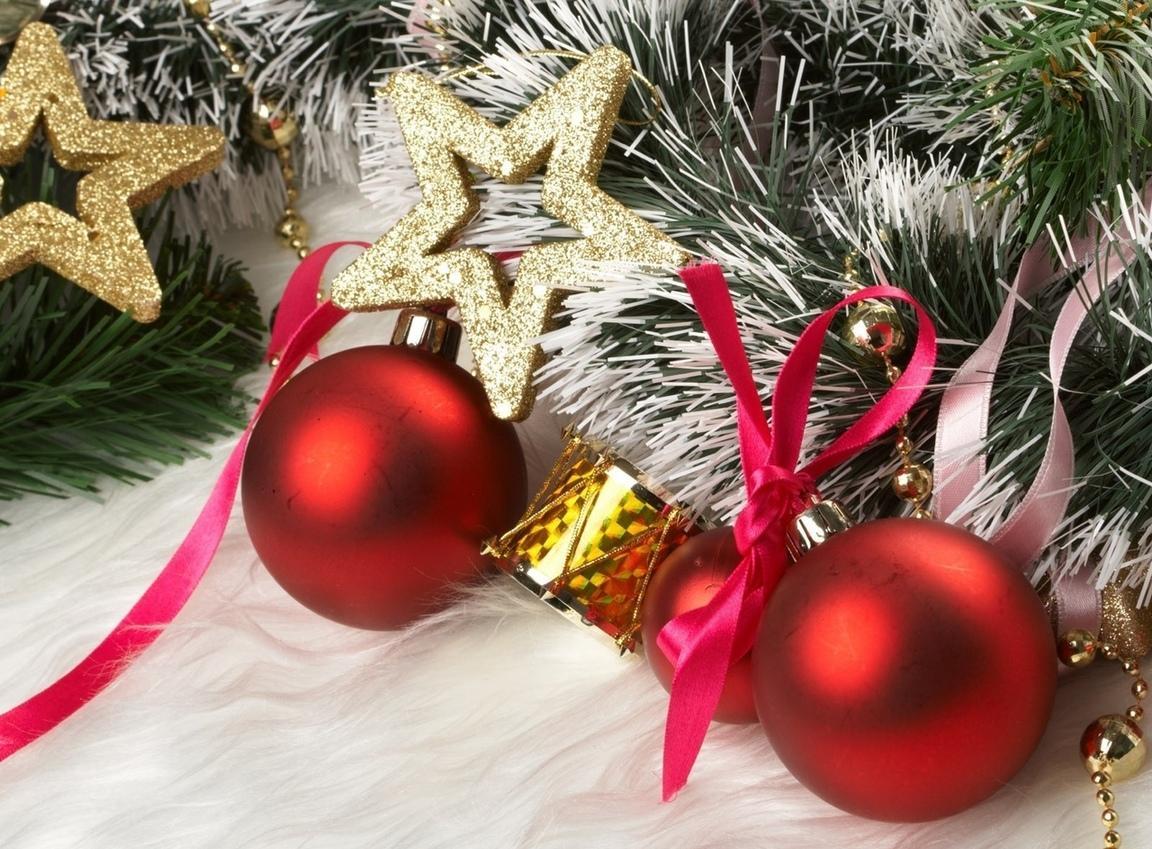 Яркие игрушки для декора елки