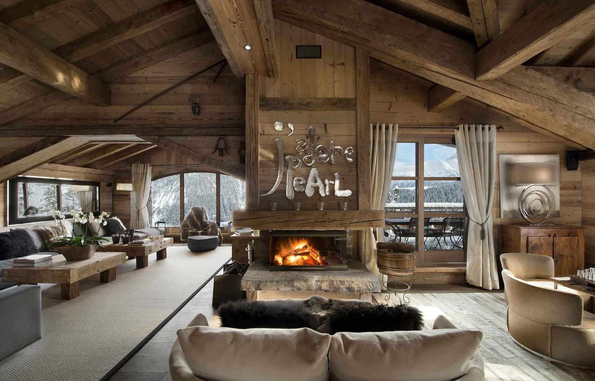 Гостиная с камином и деревянной мебелью в стиле шале