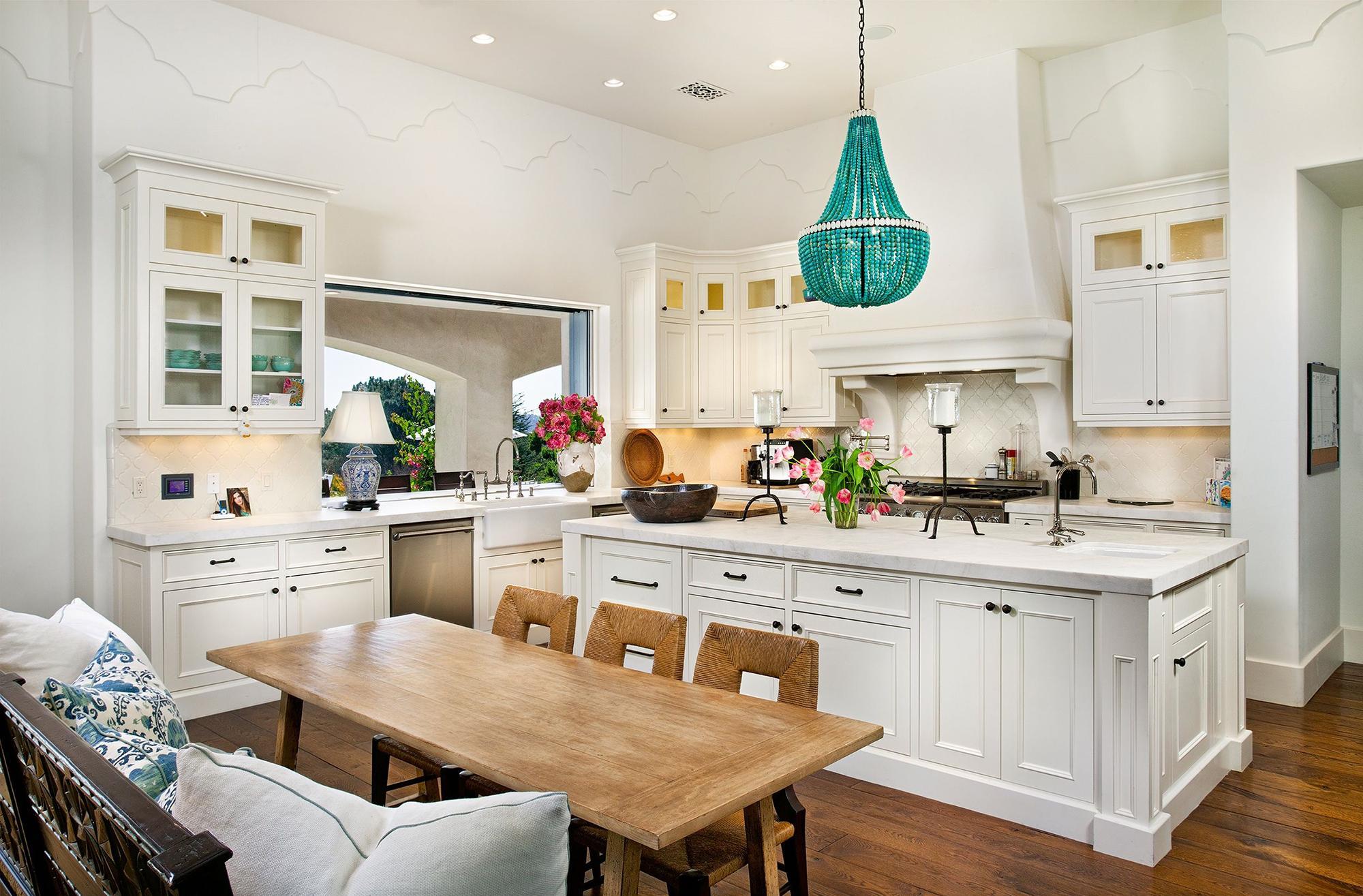 Изумрудная люстра и точечные светильники на кухне