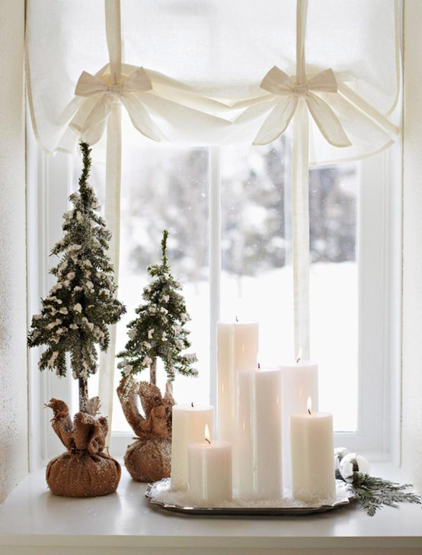 Новогодние свечи и елочки на окне