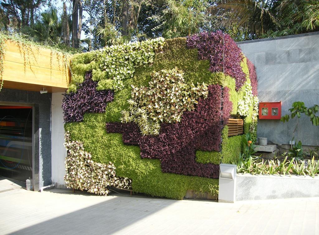 Так можно украсить часть дома или гараж